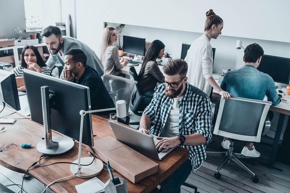 Pessoas trabalhando no desenvolvimento de aplicativos mobile