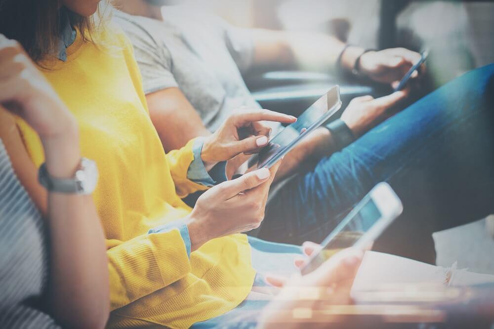 Pessoas usando um aplicativo mobile no celular